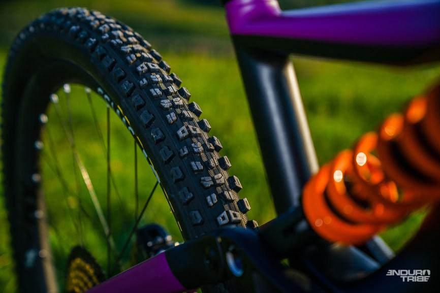 Longueur de bases, angle du tube de selle, diamètre du pneu arrière, positionnement des points de pivot de la suspension, dégagement du pneu… Les raisons sont nombreuses et s'entrechoquent lorsqu'il faut concevoir la liaison entre haubans et biellette.