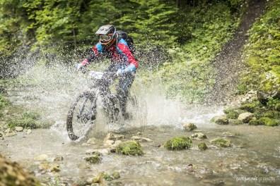 Après avoir affronté un mur de boue, joué les équilibristes sur un tronc, les riders devaient encore traverser une rivière au terme de la seconde spéciale.