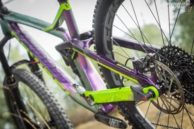 L'idée est alors d'utiliser ce mouvement et ce qu'il implique, pour intégrer et jouer de l'anti-rise, l'impact du freinage sur la suspension, dans le comportement du vélo...