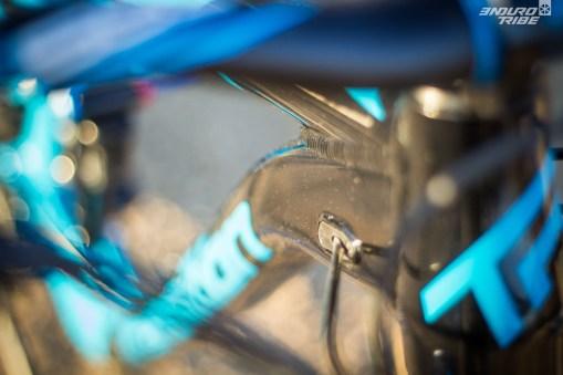 La gaine de la tige de selle télescopique et celle du dérailleur arrière passent en interne. La gaine du frein arrière passe à l'extérieur, ce qui facilité grandement la modification et l'entretien du frein.