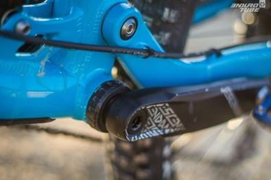 La durite du frein arrière chemine sur la base. Bien fixé, épuré, le passage en extérieur est toujours une solution possible.