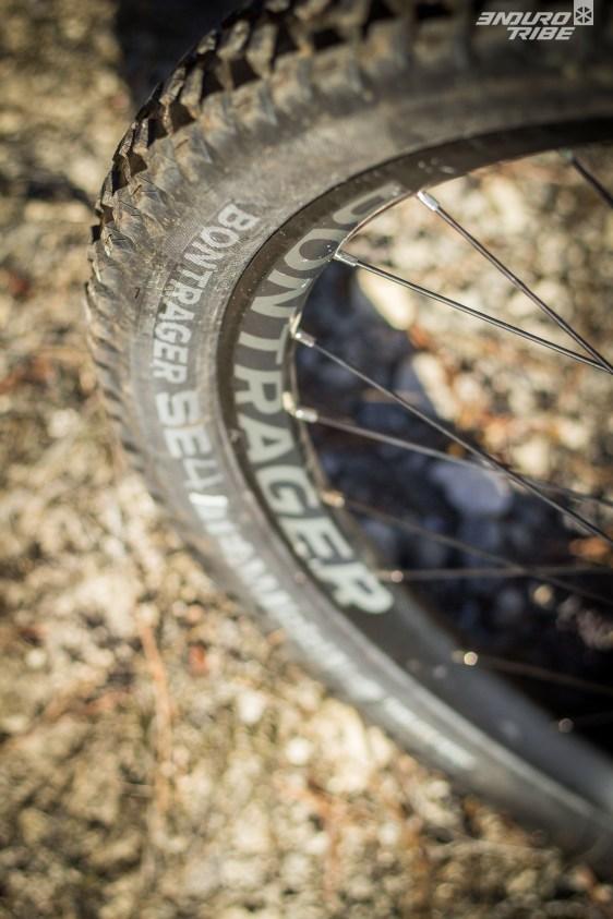 """Malgré des roues """"maison"""" Bontrager Line Comp 30 Tubless Ready, les pneus Bontrager SE4 Team Issue, Tubless Ready aussi, sont montés en chambres à air !"""