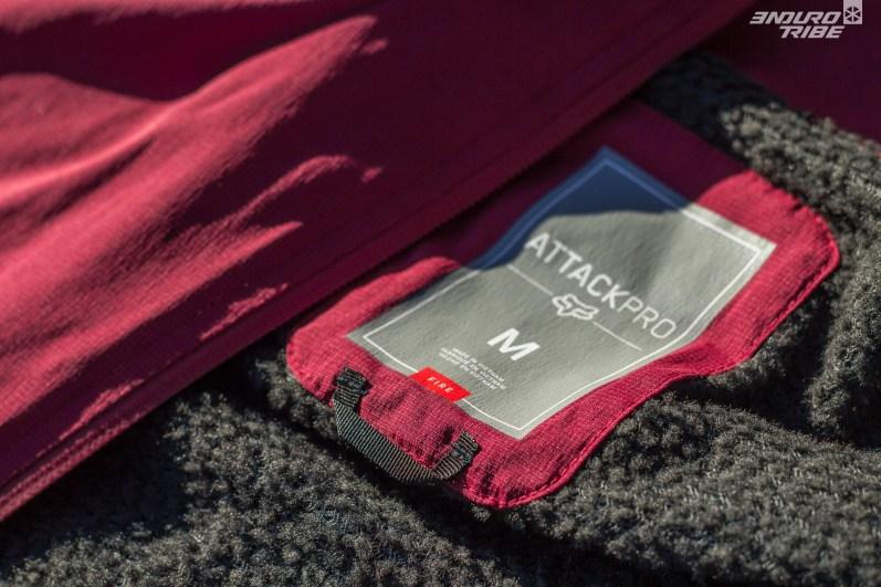 La veste Fox Attack Pro Fire se destine aux conditions froides. L'ensemble de tissus qui la compose est globalement plus épais que le modèle Water.