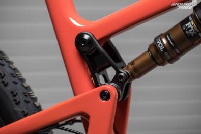 Faible débattement et chasse au grammes vont de paire pour justifier la biellette ajourée du Santa Cruz Blur 2018. 100mm à la roue, 35mm à l'amortisseur.