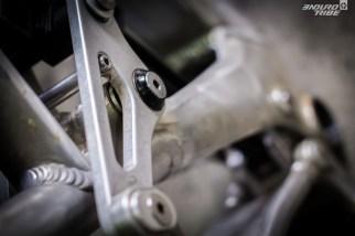 On le distingue à peine, mais le point de pivot principal de la biellette supérieur aussi, peut être ajusté.