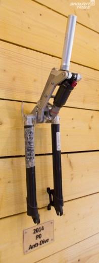 2014 - Premier prototype pour s'assurer que le système anti-plongée fonctionne, avec un amortisseur de série de l'époque.