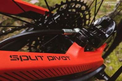 Ce système vise notamment à minimiser l'impact des forces de freinage sur le fonctionnement de la suspension. Le support de l'étrier est au standard Postmount 180mm.