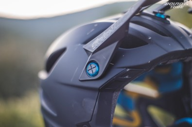 Les vis de la visières sont en plastique. Une rondelle en aluminium anodisé se loge entre la tête de vis et la visière. Elle permet de sectionner la vis et donc de laisser tomber la visière lors d'une chute afin d'améliorer la sécurité.