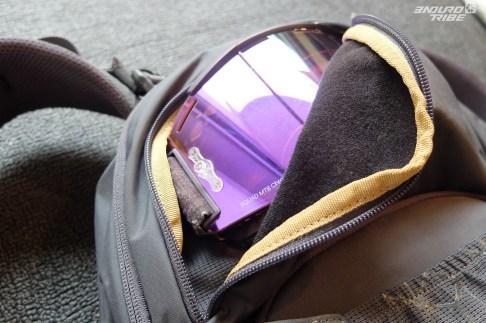 Une pour les lunettes ou masque avec un tissu interne adéquat pour ne pas les abîmer et un système de porte casque open ou full-face.