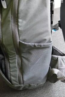 2 pochettes en filet sur les côtés du sac qui sont accessibles sans avoir à enlever le sac.