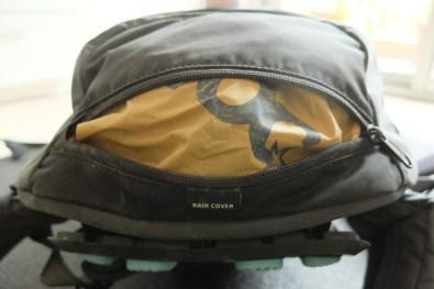 Et une poche sous le sac pour la couverture de pluie.