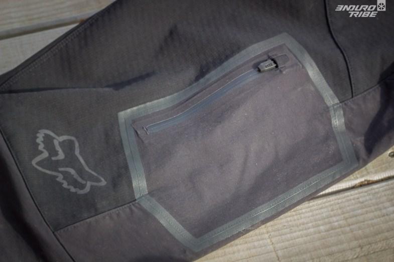 Conçue dans la même matière que l'arrière du pantalon : la poche est étanche sur le papier. Mais pendant l'effort, la condensation peut s'accumuler et facilement humidifier un téléphone...