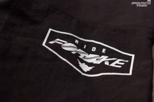 Forbike Clothing est une marque peu connue dans le milieu de l'Enduro français, elle l'est plus en DH. Mais avec ce pantalon, elle mérite sa place. C'est une entreprise française, gérée par François Pédemanaud, le frère de Fabien ! A l'origine, son créneau c'était les sous-vêtements, mais d'année en année, la gamme s'élargit et grandit, avec des produits de plus en plus spécifiques au VTT.