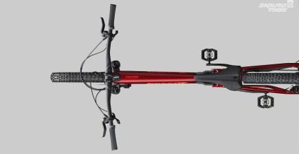 Signe qui ne trompe pas > la vue de dessus ! On ne peut pas être plus explicite. ça y est, les proportions ressemblent à celle d'un vélo capable de faire des prouesses sur les bancs de mesure et ensuite, dans les appuis les plus violents qu'on ait envie d'imaginer.