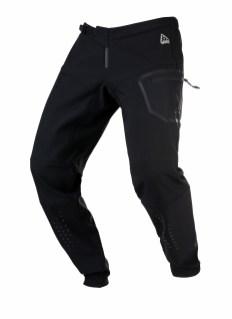 Tout d'abord, le pantalon Kenny Master : doublure en micro-polaire à l'intérieur pour la chaleur, coutures thermo-soudées pour optimiser l'étanchéité, boucle micrométrique à la taille, coupe précourbée, renforcé aux genoux et à la zone d'assise. Bref robuste, chaud et étanche : tout pour lutter contre le froid et la pluie - 109,95 €