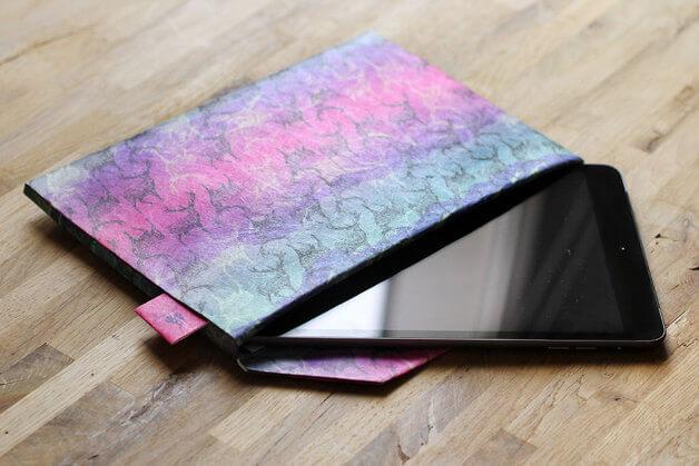 Dünnes Tablet Cover als Briefumschlag – Batik Papier
