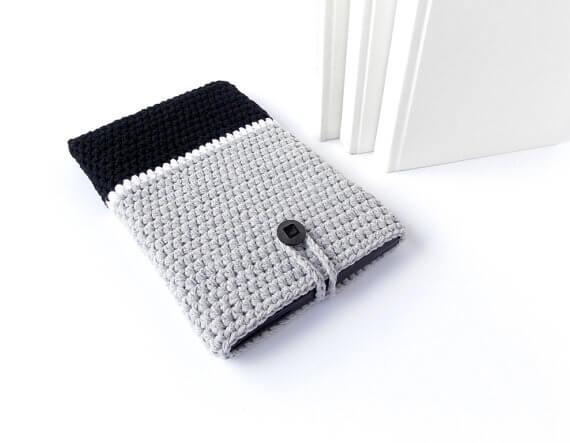 Gehäkelte iPhone Hülle aus Wolle – grau schwarz