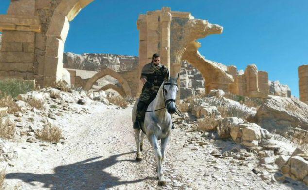 Jipes? Tanques? Helicópteros? Um homem a sério atravessa o campo de batalha a cavalo.