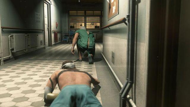 Nem sequer estou a brincar. O director Hideo Kojima tem um claro fetiche por rabos masculinos. Como atesta a sequência de fuga do hospital.