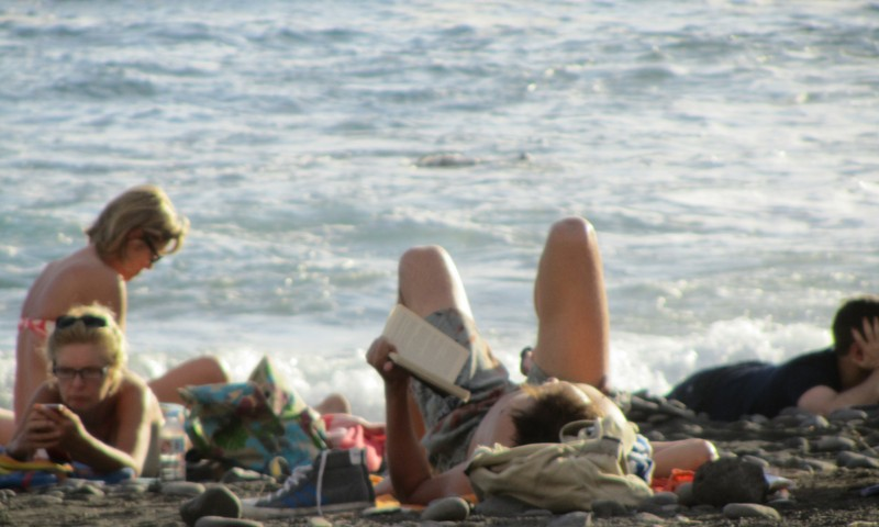Läsa på stranden