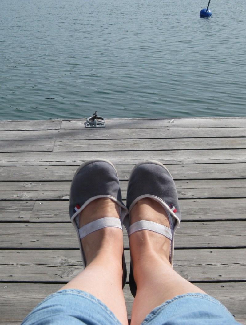 Fötter vid vatten