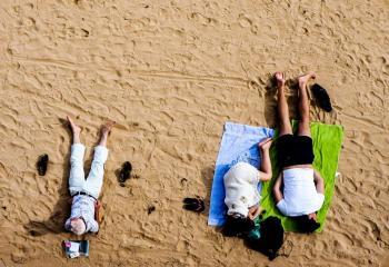 vila - folk som vilar på en strand