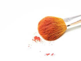 Molti cosmetici causano inquinamento da microplastica