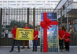 Greenpeace protesta contra el impuesto al sol frente al Ministerio de Industria