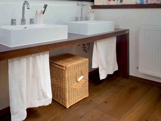Boden aus Parkett veredelt auch das Badezimmer  ENERGIEFACHBERATER