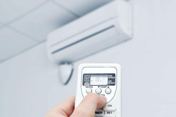 Photo de quelqu'un en train de changer la consigne de la climatisation