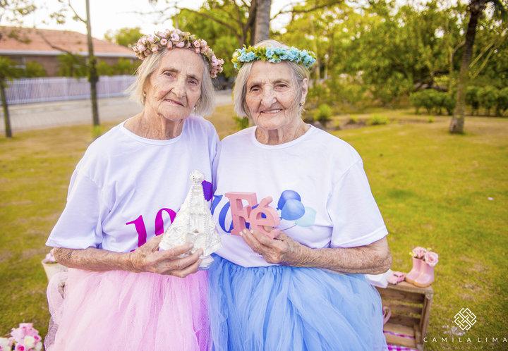 01 - Dvojčata oslavila svých 100 let jako za mlada