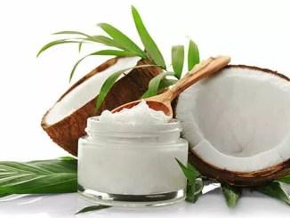 Kokosový olej na tělo? Ano, na vlhkou kůži a pleť obličeje.