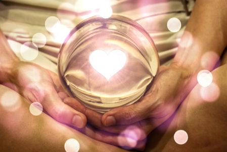 shutterstock 1558314449bůh láska inside final 449x300 - Změna náboženství utrpení v náboženství lásky