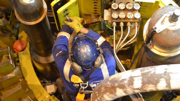 Image: An engineer at Doosan power plant removing the strain gauge from the boiler pod,  June 2014. Image: EDF Energy