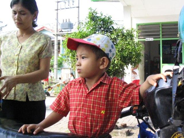 Zidan dan bundanya saat di sekolah TK Mutiara. Ini saat pencarian dan pendaftaran sekolah TK buat Zidan. (dok.pribadi)