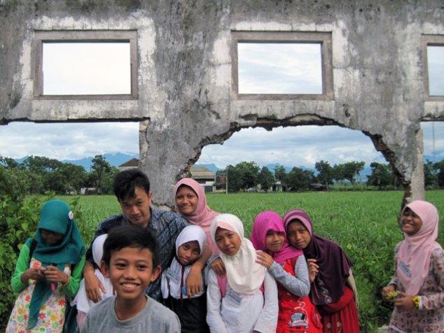 (berfoto sejenak dengan para guru di bekas runtuhan benteng)