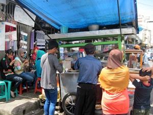 Batagor yang dijual pedagang kaki lima dekat Pasar Baru Bandung. Lumayan enak rasanya. Harganya tentu saja bersahabat bagi kantong. Hehehe, (dok. pribadi)