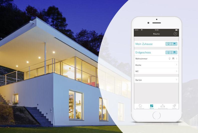 Aussenansicht Gebäude bei Nacht und Smartphone mit eNet SMART HOME App.
