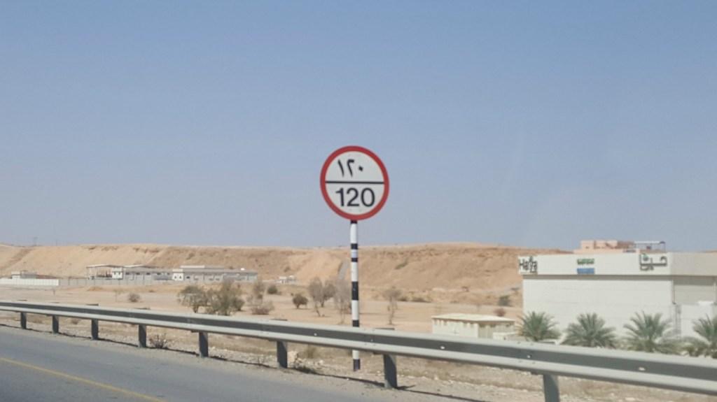 Vejskilte i Oman er både på arabisk og engelsk