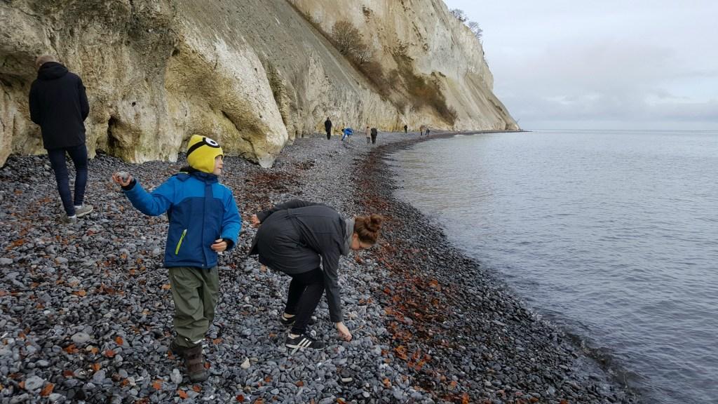 Stenkast på stranden på Møns Klint
