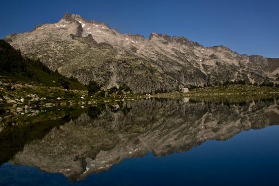 Reflet-du-pic-de-Néouvielle-et-du-Ramoun-dans-lac-d'Aumar-Pyrénées
