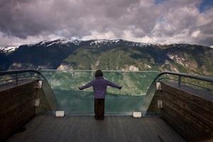 enfant-à-point-de-vue-sur-fjord-Naerofjord-Norvège