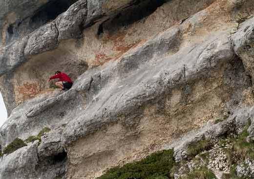 -randonneur-dans-pli-rocheux-Chartreuse-Alpes