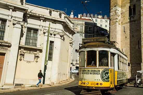 tramway-jaune-28-lisbonne avec enfants en famille