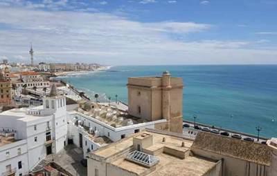 village-blanc-et-plage-en-andalousie-espagne