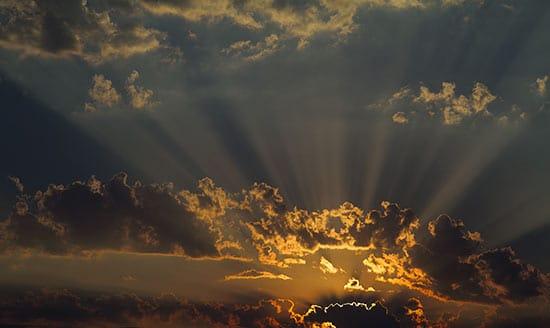 rayon-de-soleil-à-travers-les-nuages