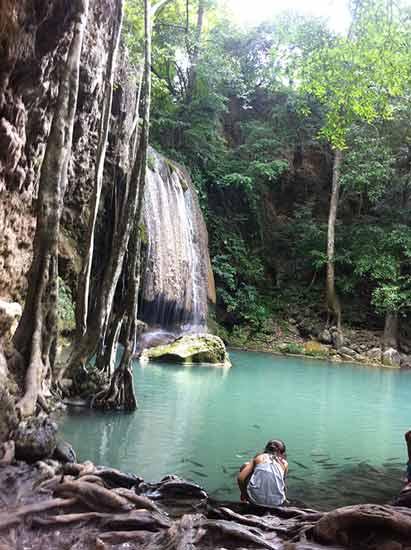 cascades-deravan-en-thailande-avec-enfant en asie