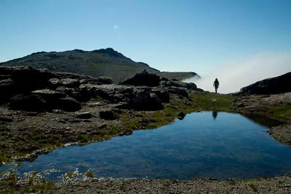 randonneur et paysage-lac-montagne-lofoten-norvege