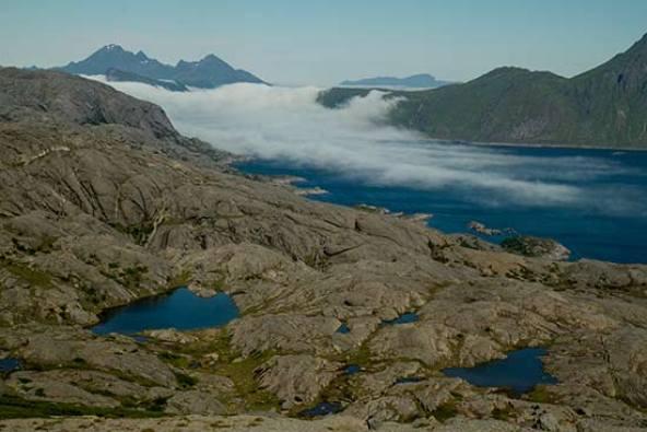 paysage-mer-lac et montagne-lofoten-norvege