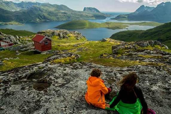 randonneur-enfants-randonneurs lofoten-norvege